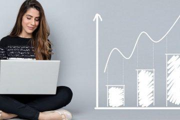 análisis del mercado electoral mujer con computador mostrando un gráfico